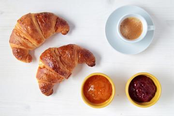 croissant con marmellata