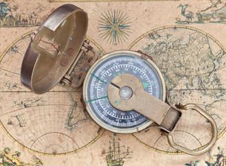 Brújula marina sobre mapamundi