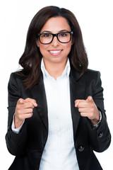 geschäftsfrau zeigt mit beiden fingern richtung kamera