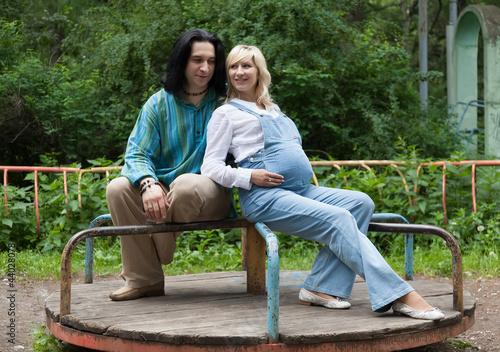 Двое влюблённых на каруселях в старом парке