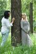 Молодые люди гуляют в сосновом лесу