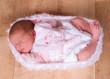 nouveau né dans un cocon de laine