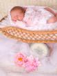 adorable bébé dans un ancien pèse bébé