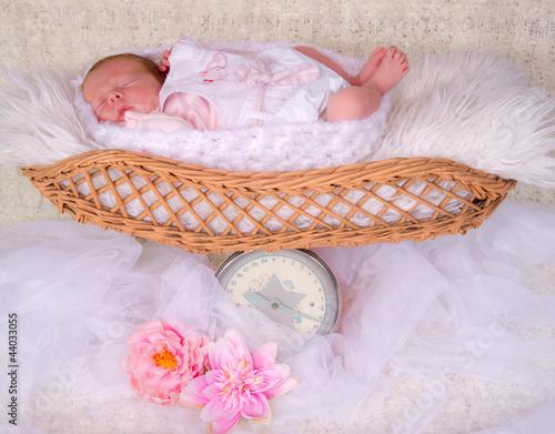 nouveau né dans un vieux pèse bébé ancien
