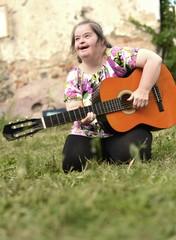 trisomique femme jouant de la guitare