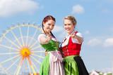 Junge Frauen in Dirndl auf Volksfest