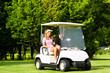 Junges sportliches Paar mit Golfcart am Golfplatz