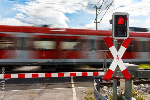 Leinwanddruck Bild Bahnübergang