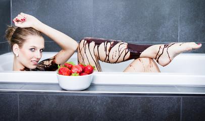 Frau liegt in der Schokolade Badewanne