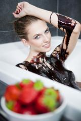 junge attraktive Frau entspannt sich im Schokoladenbad