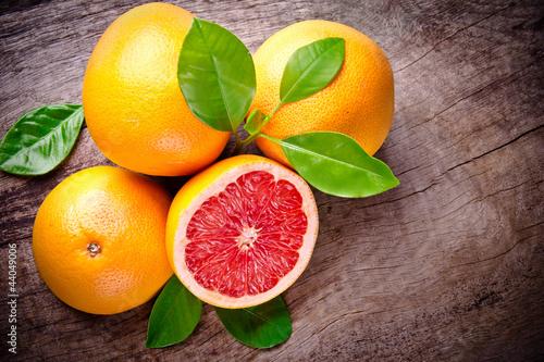 Zdjęcia na płótnie, fototapety na wymiar, obrazy na ścianę : Freshly harvested grapefruit on wooden background