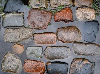 Kopfsteinpflaster nach dem Regen