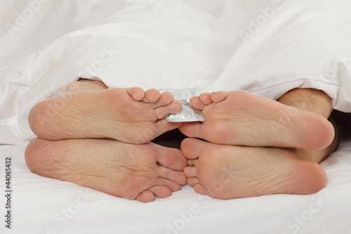 couple faisant l'amour avec préservatif