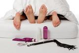 couple faisant l'amour avec préservatif et gadgets