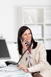 lachende geschäftsfrau telefoniert