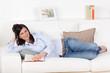 glückliche frau liest auf dem sofa