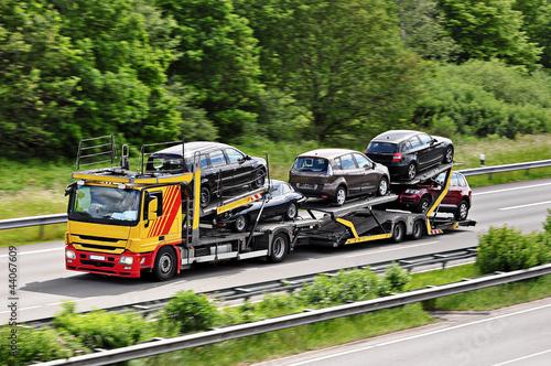 Leinwandbild Motiv Autotransporter auf der Autobahn