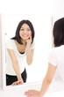鏡を見る女の子