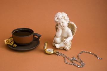кофе, часы и статуэтка ангела