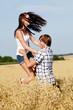 Glückliches verliebtes paar im kornfeld im Sommer im freien