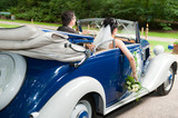 Fototapety brautpaar sitzt im hochzeitsauto