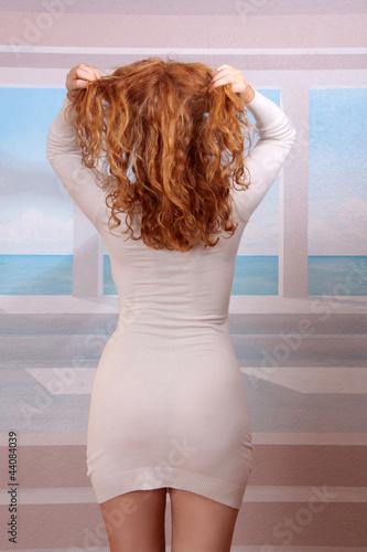 Rote Haare weißes Kleid