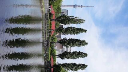 スカイツリーと新緑の木立と池