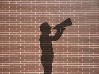 Ombre d'homme avec haut-parleur