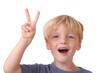 Junge zeigt das Victory Zeichen