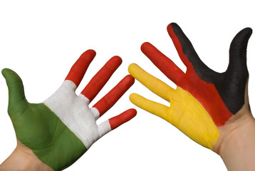 Haende bemalt mit deutscher und italienischer Flagge