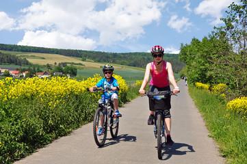 Radtour Mutter mit Sohn