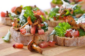 Fingerfood mit Pfifferlingen und Rucola-Tomaten-Salat