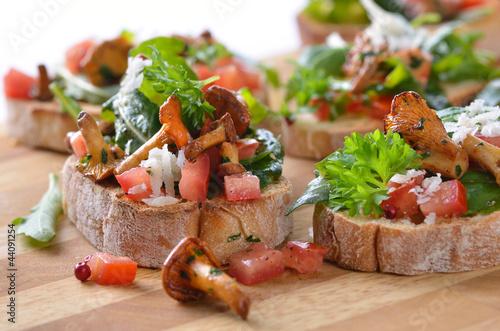 fingerfood mit pfifferlingen und rucola tomaten salat stockfotos und lizenzfreie bilder auf. Black Bedroom Furniture Sets. Home Design Ideas