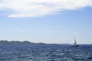 Adria - Segelboot am Meer mit Hügeln