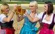 Drei fesche Madl beim Bier trinken