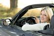 Junge blonde Frau im Cabriolet