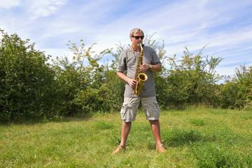 Mann mit Saxophon in Natur