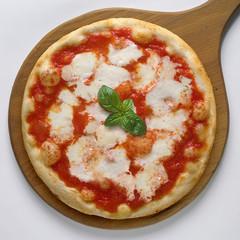 Pizza margherita intera su pala di legno