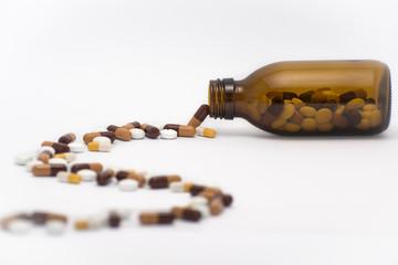 Medikamente Tabletten und Kapseln aus Apothekerflasche