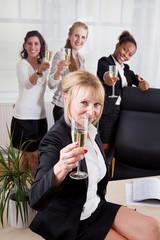 Frauen haben etwas zu feiern