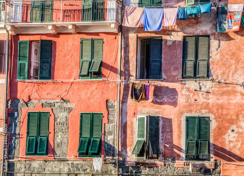 vernazza-kolorowe-okna-i-sciany