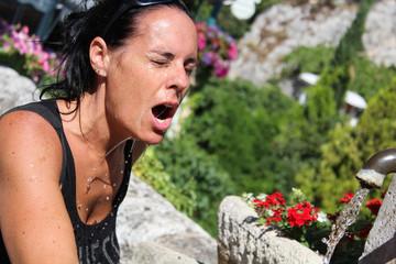 Femme s'hydratant pendant la canicule