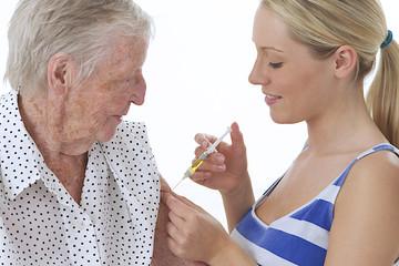 Vaccination d'une femme âgée