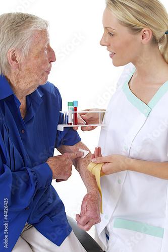 Pr l vement sanguin personne g e de jpc prod photo - Prelevement sanguin sur chambre implantable ...