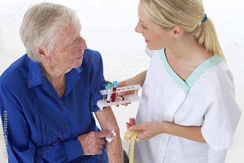Pr l vement sanguin dialogue photo libre de droits sur - Prelevement sanguin sur chambre implantable ...