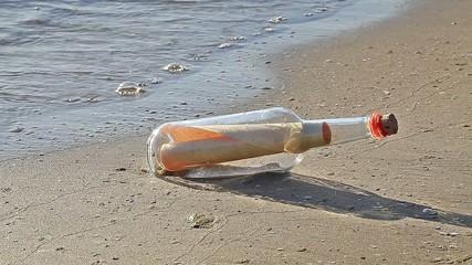 VID - Flaschenpost Am Strand