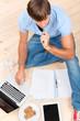 student lernt zu hause mit laptop und tablet