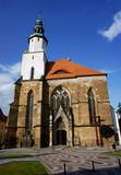 Wieża i fasada gotyckiego kościoła w Złotoryi