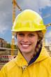 Junge Frau auf der Baustelle