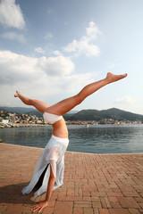 Ballerina in volo sul mare